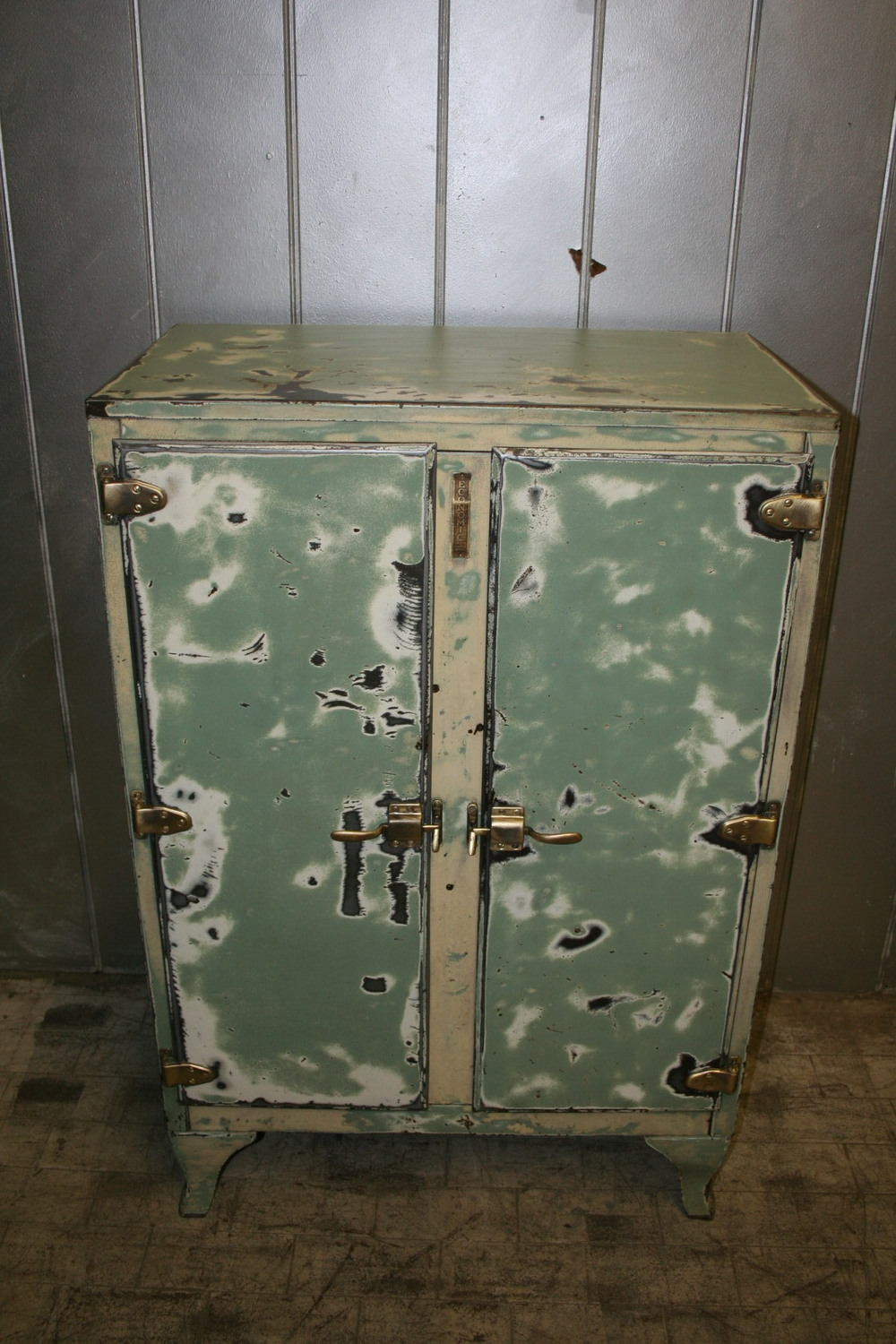 sold ! Primitive Ice Box $1050
