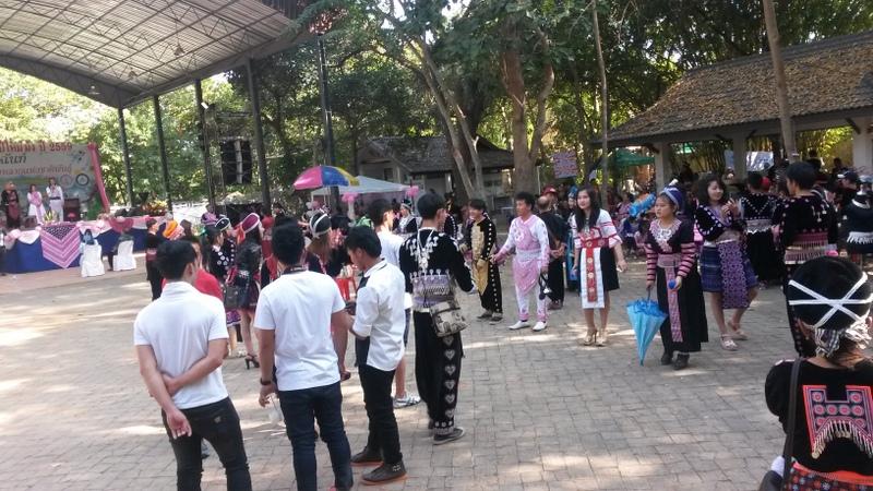 Irgendein komisches Strassenfest bei em die Leute sehr interessant gekleidet waren und sich hier paarweise Bälle zuwarfen...