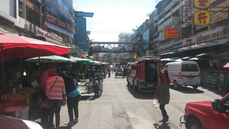 Typische Impression des Stadtlebens an einer größeren Strasse