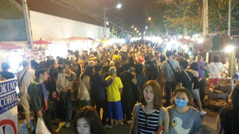 überfüllter Nachtmarkt