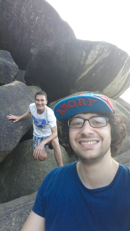 Wanderung über Felsen zu einem Aussichtspunkt an der Bucht