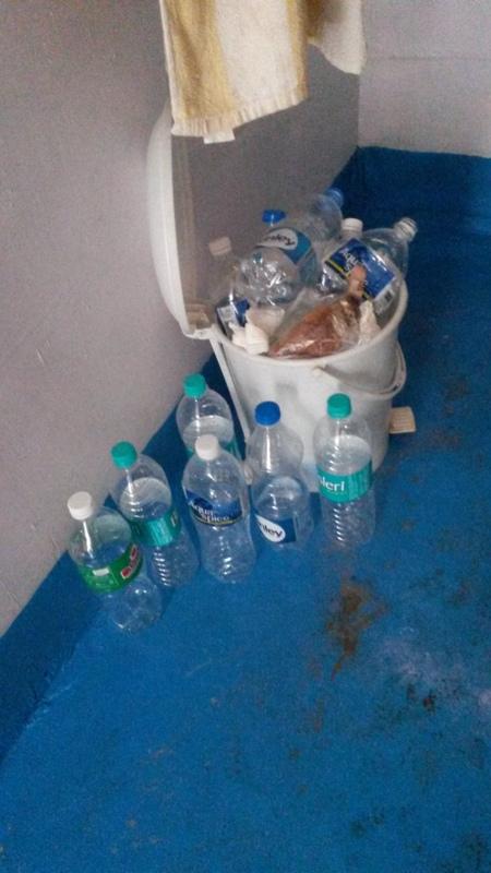 da wir immer Wasser in Flaschen kaufen müssen, da ja sonst nichts sicher ist häuft sich leider immer sehr schnell sehr viel Plastikmüll an :-/