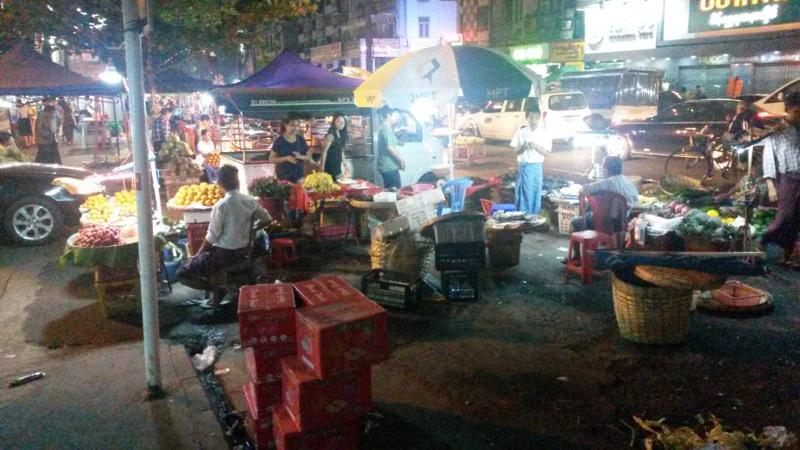 geschäftiges Treiben an Marktständen überall an der Strasse