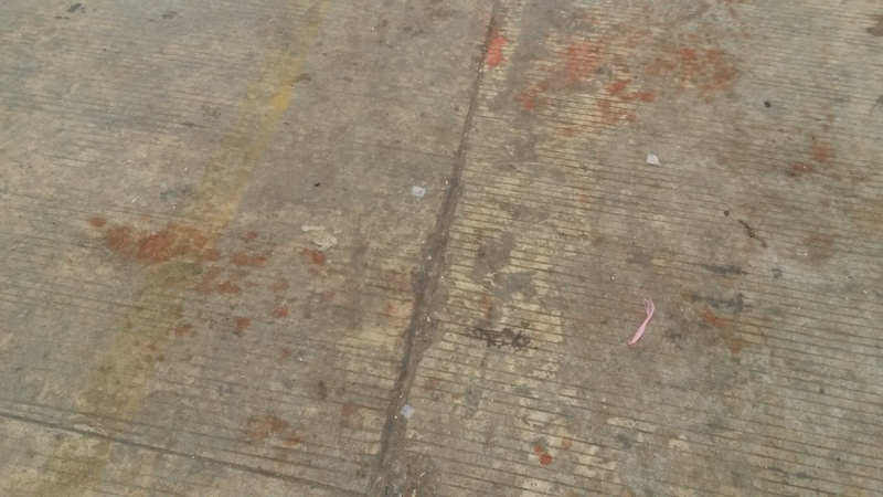 so sehen überall die Strassen aus von den Betelnüssen, deren Saft die Leute ausspucken
