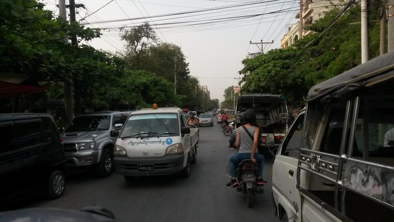 """vertrauenserweckender Verkehr. An vielbefahrenen Kreuzungen gibt es oft auch keine Ampel, damit dem """"whatever works"""" Prinzip besser Folge geleistet werden kann..."""