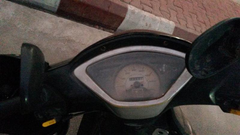 Der Roller von Joannas Fahrer:Der Kilometerzähler steht auf 99999, das Tempometer ist kaputt, Rückspiegel hängen herunter und wie Joanna berichtete,klapperte es wohl auch irgendwie verdächtig bei der Fahrt...