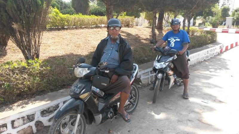 unsere beiden Fahrer - starke Typen wie man sieht! (und auch ununterbrochen am Betelnuss kauen -.- )