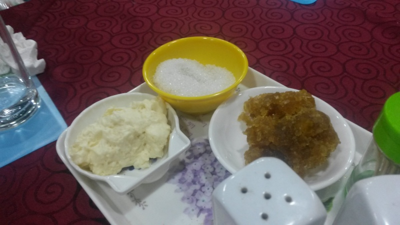 beim Frühstücksbuffet vom Hotel gab es auf allen Tischen diese kleinen Schalen mit ranziger Butter und komplett vertrockneter Ananasmarmelade(?) (was wohl aus guten Gründen schon länger nicht angerührt worden war)...