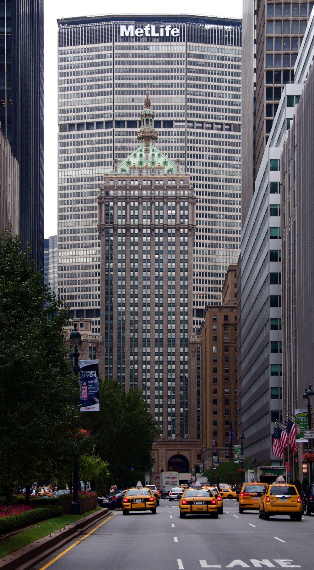 Park_Avenue_directly_heading_for_Helmsley_Building_and_Met_Life_Building.jpg