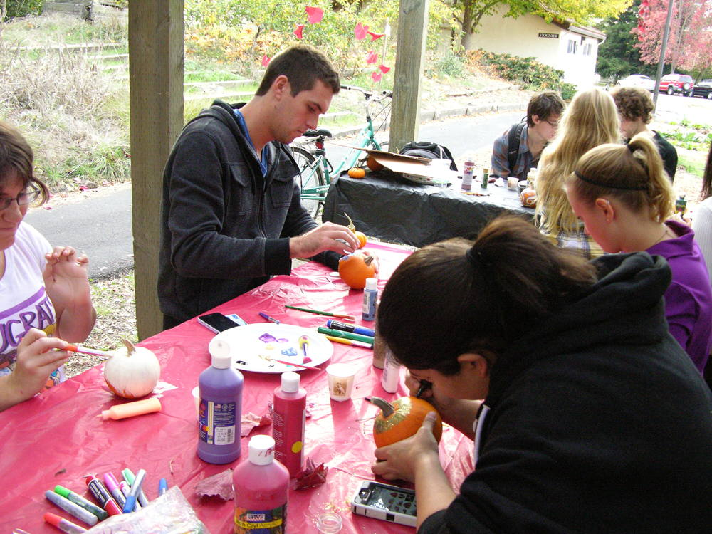 STAR // Annalyse Butler Students decorate pumpkins at the Sonoma State Garden Club's Fall Harvest Party last Friday, which also included building scarecrows and live music from local band Soup Sandwich.