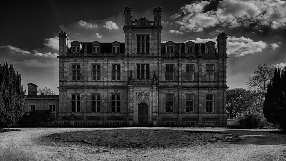 A large manor house in the UK. Has been left abandoned for some time now.  Sadly no access was to be found here.
