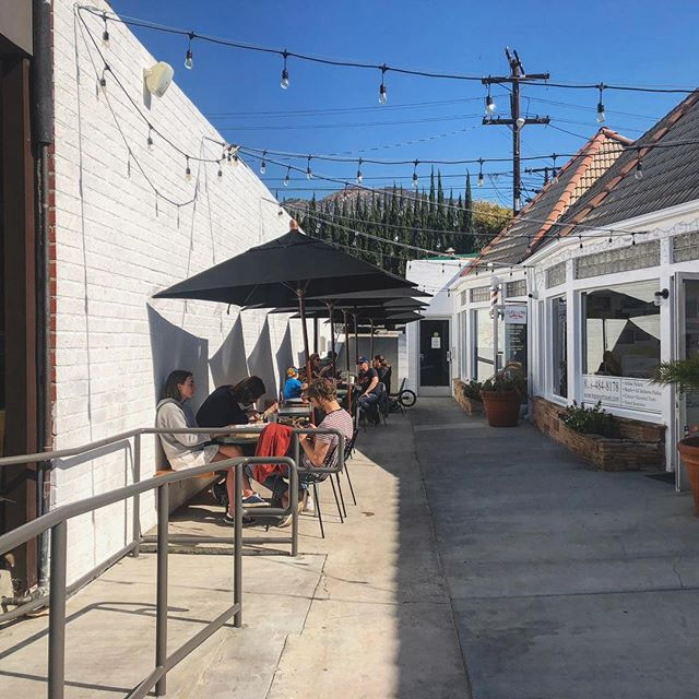 Brunch Happens Here 💕 • • • #brunch #vibes #sunday #sundayfunday #sundaybrunch #kennethvillage #patio #coffee #brunching #brunchinla #glendale #coffeecommissary