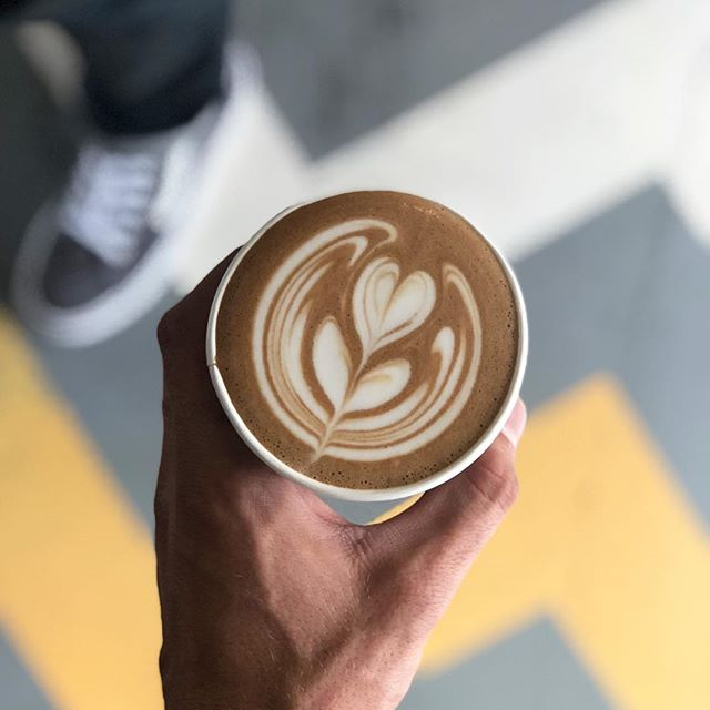 Cubano to Brighten Up Your Gloomy L.A. Morning 🌷💕 • • • #cubano #tulip #latteart #tuliptuesday #freehand #freepour #coffeecommissary