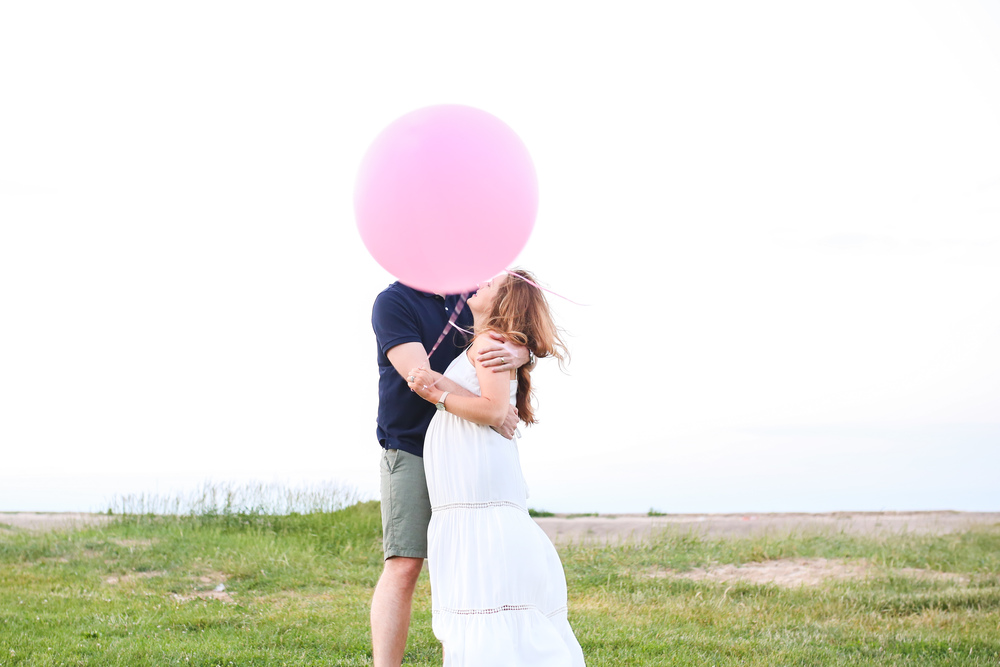 chicago maternity white dress balloon