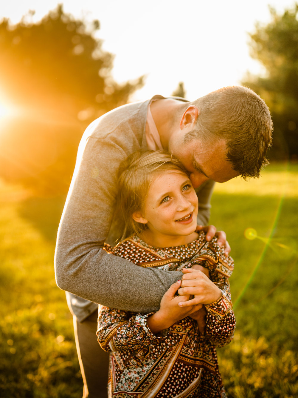 CHICAGO FAMILY LIFESTYLE OUTDOOR PHOTOGRAPHER JENNY GRIMM PHOTOGRAPHY GOLDEN HOUR DADDY DAUGHTER MOMENT