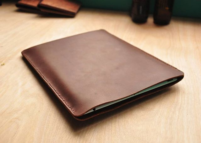 Still our best seller, 3 years strong! 🎉 Made to order, tailored to your laptop ☺️👨‍💻 #treibholzdesigns #leatherwork #leathercraft