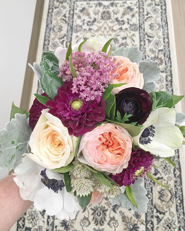 It's Friday, time to treat yourself with a bouquet of flowers and a glass of wine 💐🍷 #treatyourself