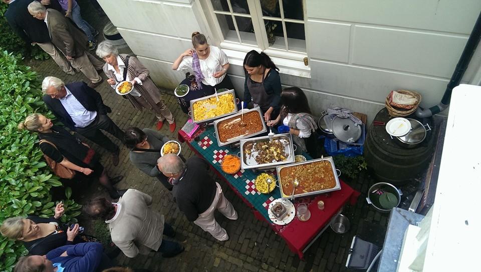 Het 'curry buffet' voor de 50e verjaardag van Simon Anderton - in zijn eigen tuin - deed het goed bij de Engelse en zeker ook de Nederlandse gasten.