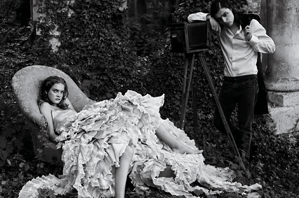 Photo: Annie Leibovitz from:  http://www.mariasphoto.com/2008/02/19/vogue-alices-adventures-in-wonderland/