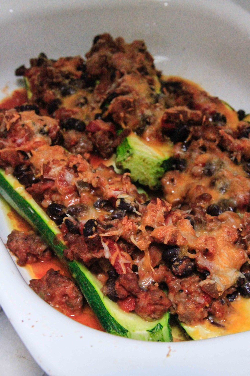 Chili-stuffed zucchini