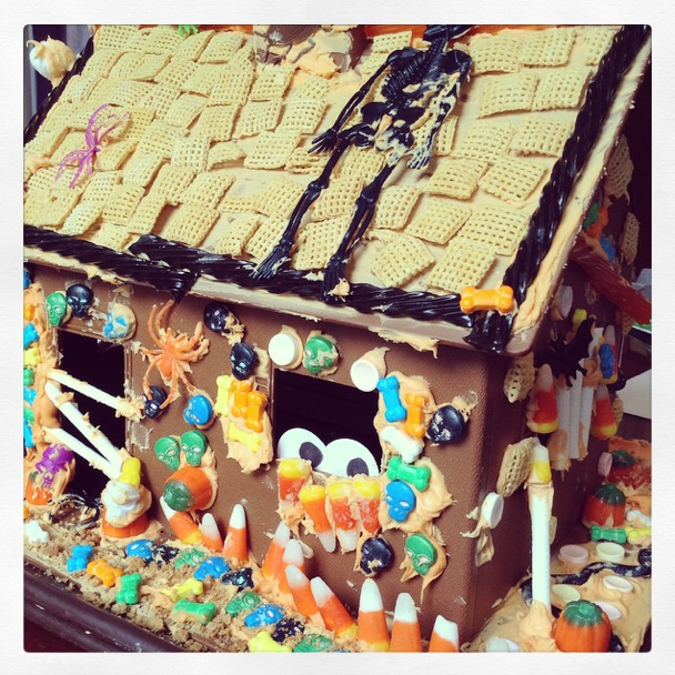 Haunted House creation using The Candy Cottage {a re-usable plastic gingerbread house form} / www.GiggleHearts.com