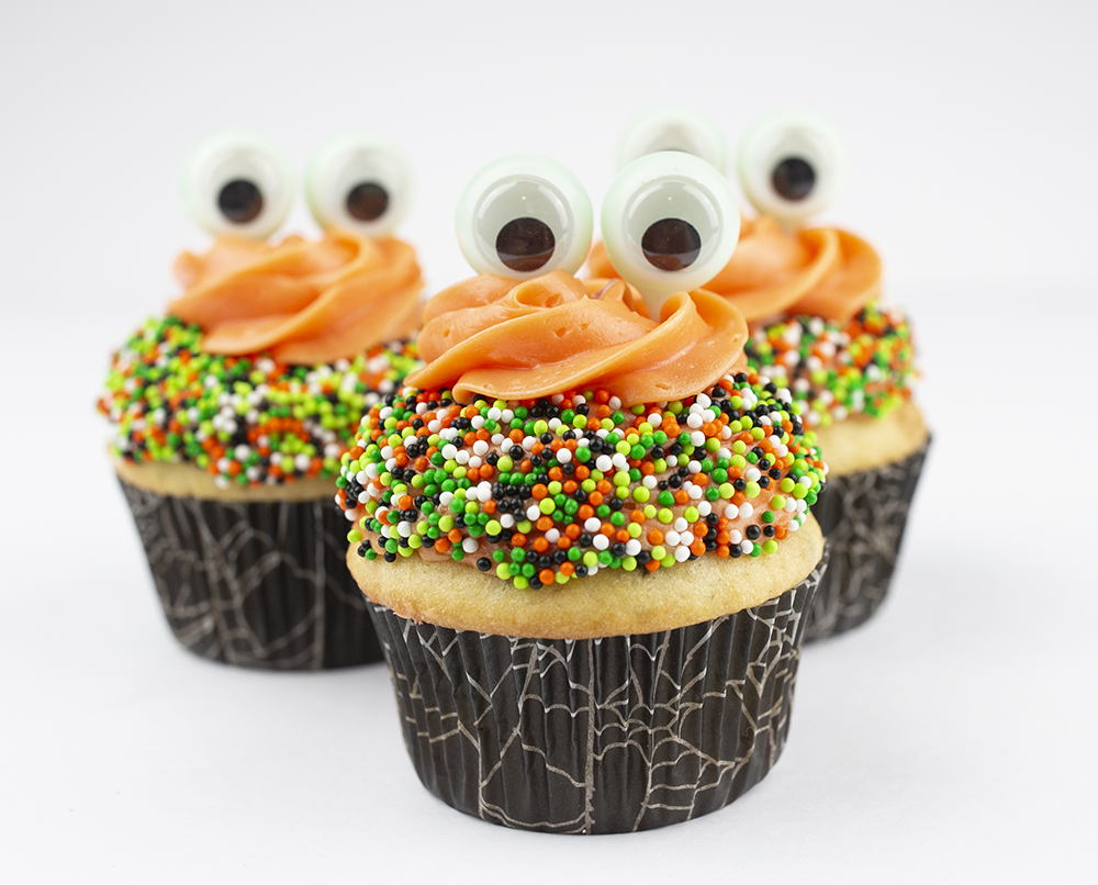 Monster Eye Halloween Cupcakes recipe from Pigskins & Pigtails can be found on the blog at Giggle Hearts. The most creative use of a novelty item was used to make the eyes - come see what it is and create this Halloween Dessert your kids will love. #halloween #halloweencupcakes #halloweendesserts #halloweenparty #kidsfood #halloweentreat