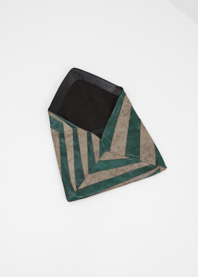 dries van noten | treschicnow.com #geometric #clutch