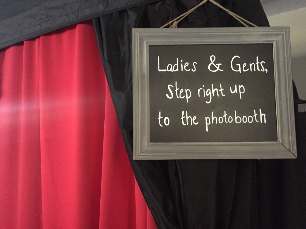 enclosed-classic-photobooth-with-sign.png
