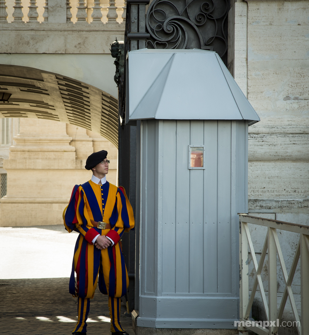 Swiss Guard at the Vatican 2014.jpg