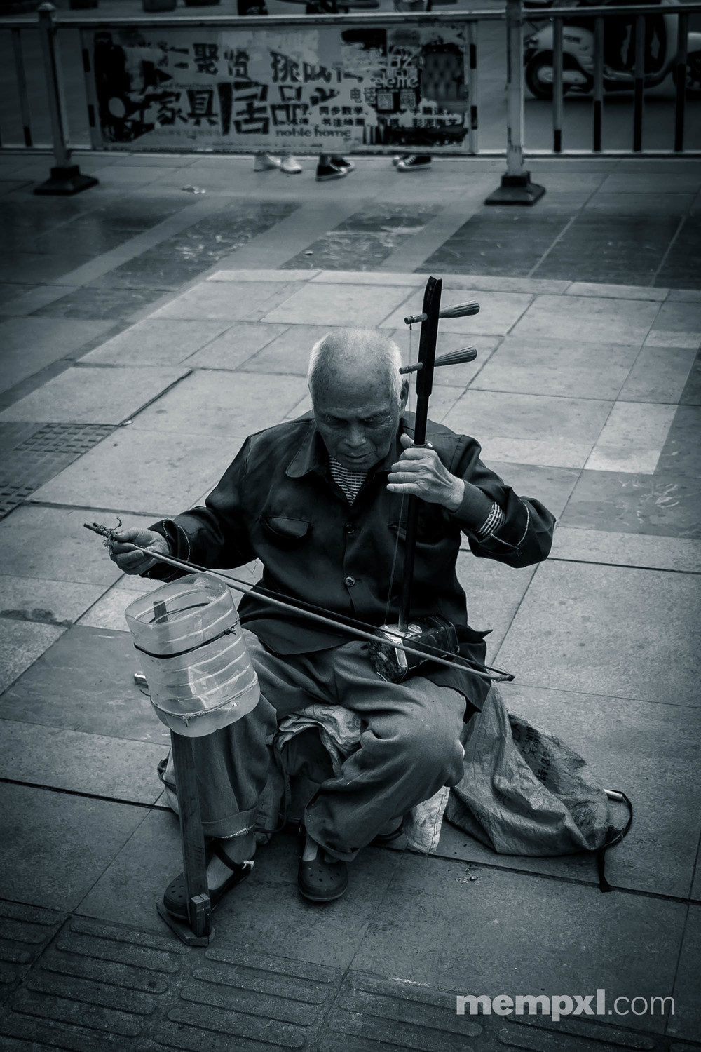 Blind man playing Erhu - Chinese violin  Last Daiy Guilin -  April 2015 WM.jpg
