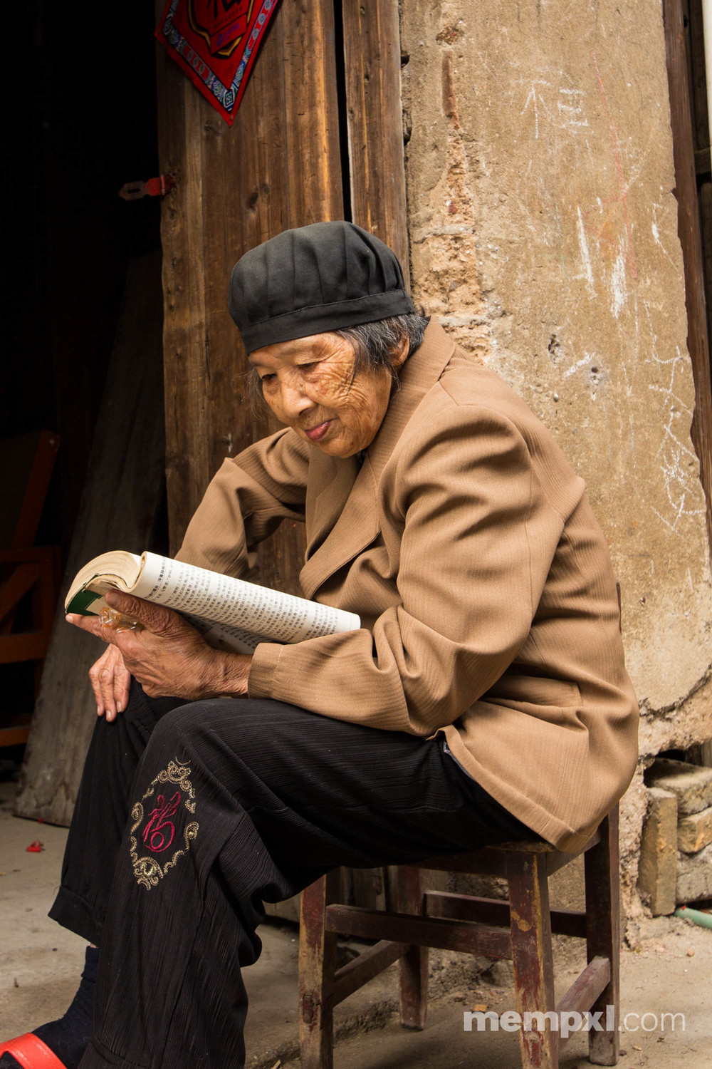 Chineese Lady reading - Guilin April 2015 WM.jpg
