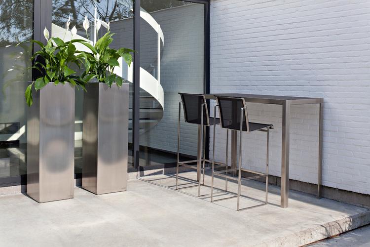 Nimio Outdoor Bar Table by Fuera Dentro