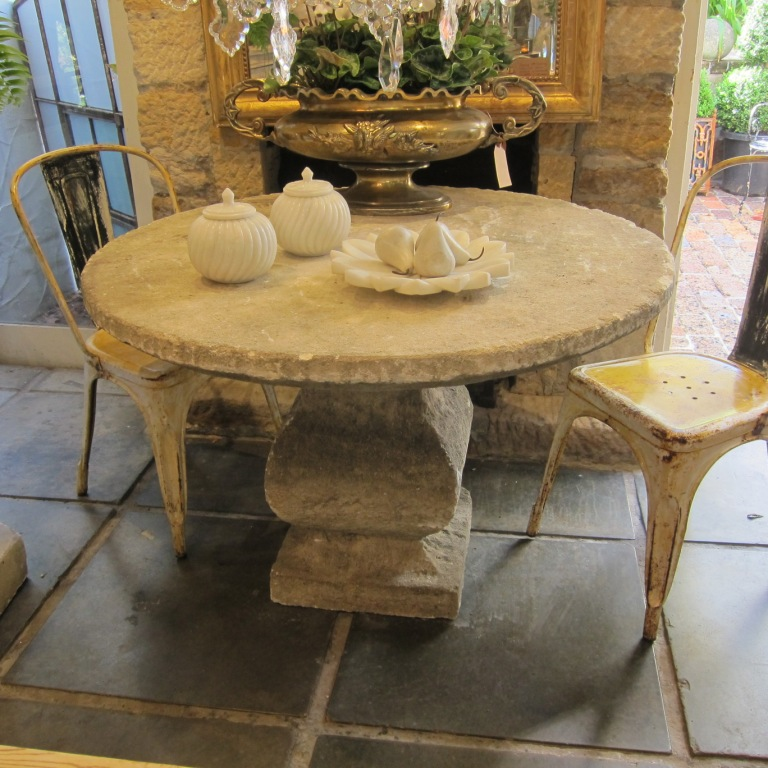 Charmant Limestone Table
