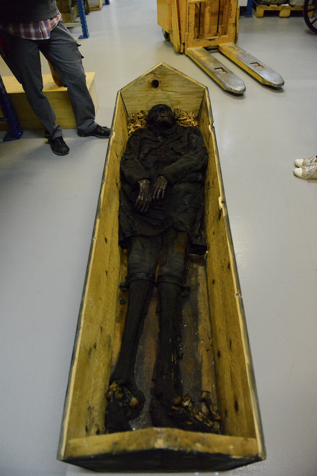 Im Kulturgüterschutzraum des Rätischen Museums in Chur, Wachsleiche im Sarg