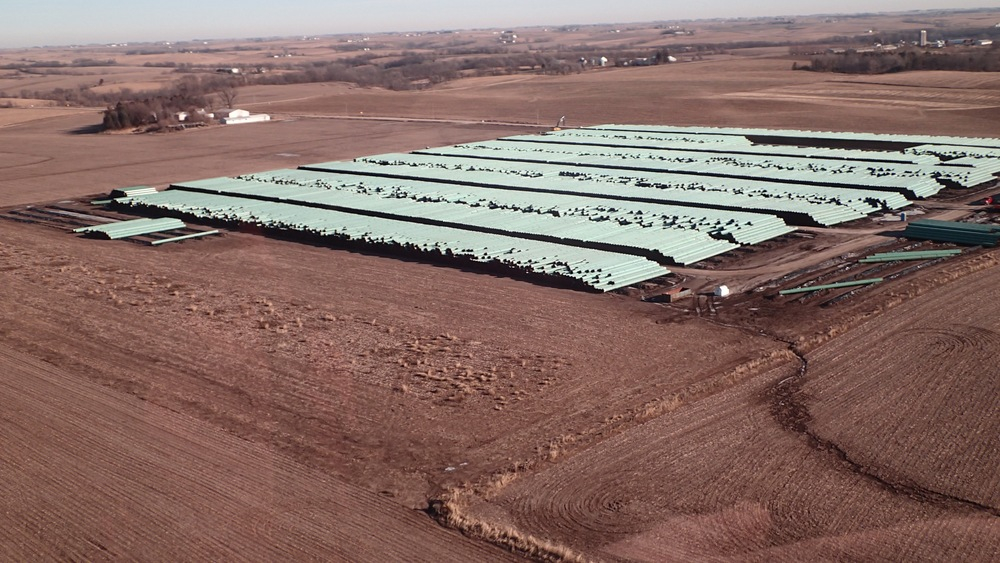 A STOCKPILE OF PIPE IN JASPER COUNTY IN IOWA FOR THE BAKKEN PIPELINE. SOURCE: SIERRA CLUB