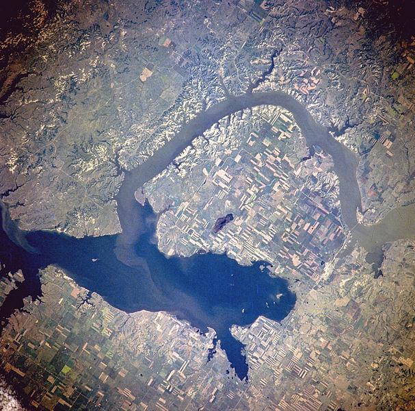Van Hook Arm of Lake Sakakawea, North Dakota, United States by NASA [Public domain], via Wikimedia Commons
