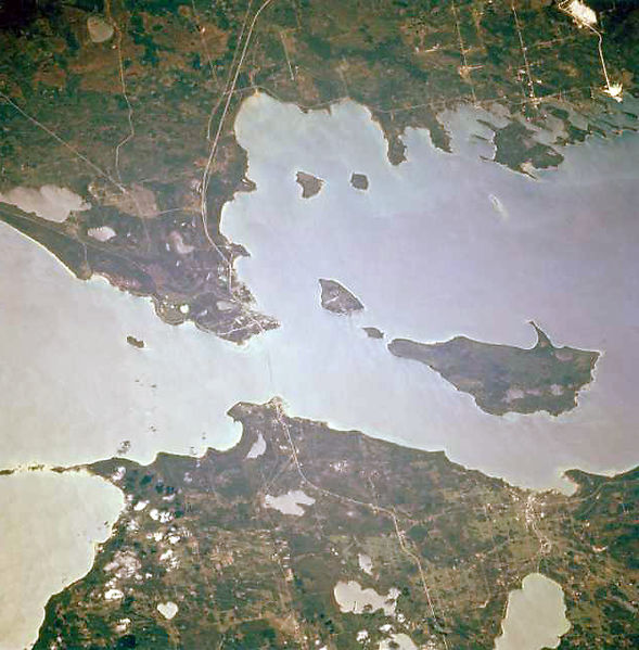 STRAITS OF MACKINAC, BY LOUIE WANNAHOCKA (OWN WORK) [CC BY-SA 4.0 (HTTP://CREATIVECOMMONS.ORG/LICENSES/BY-SA/4.0)], VIA WIKIMEDIA COMMONS