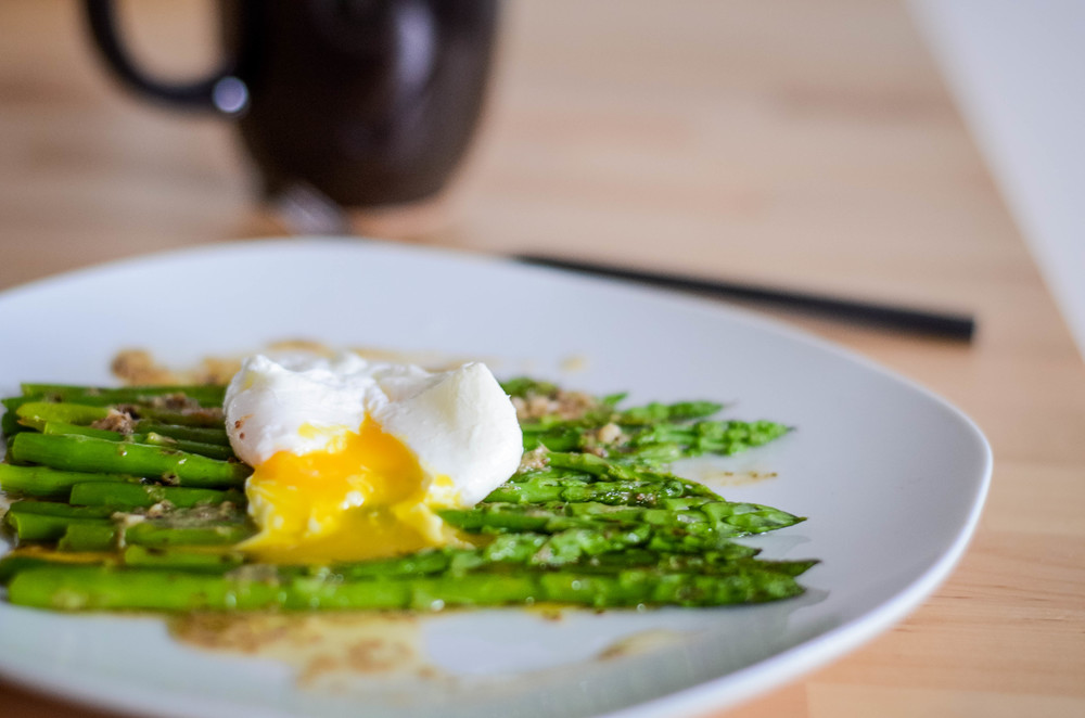 asparagus with bagna cauda and poached egg