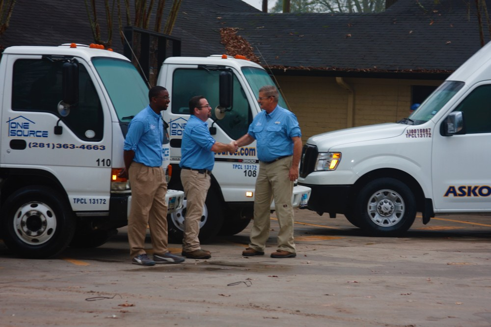 Pool Services Technicians Working In The Woodlands, Texas