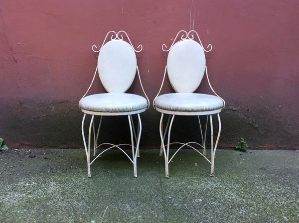 Etonnant Pair Of Vintage Wrought Iron Ice Cream Parlor Chairs.