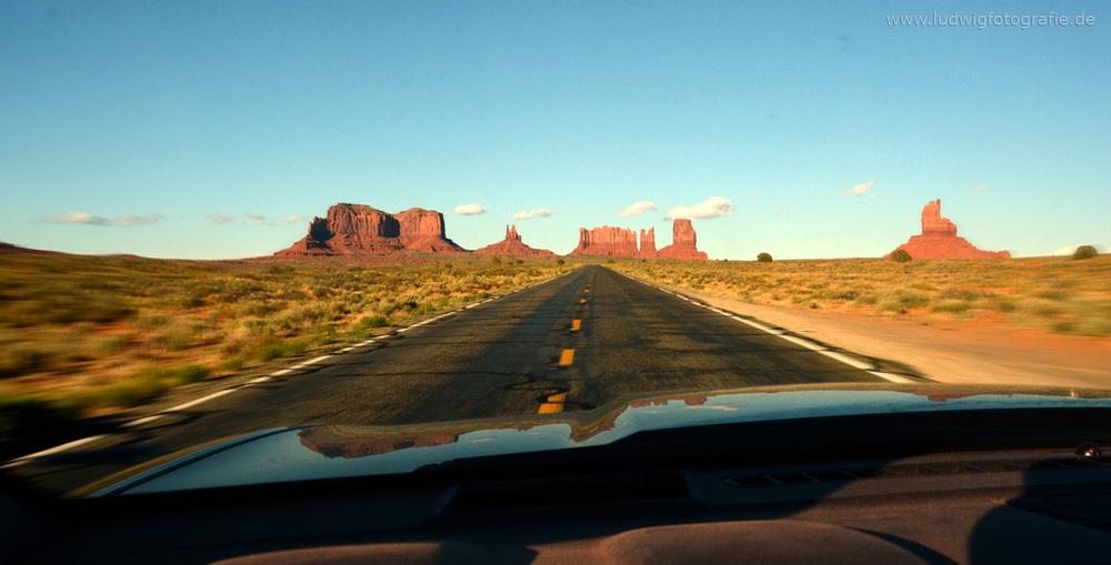 Sooo kitschig, aber wenn man die Straße fährt, ist man einfach überwältigt. Es ist hundertmal schöner als ein Bild zeigen kann. Ich versuchs trotzdem. :)