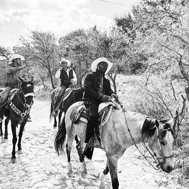 Desde el ordeño de las vacas hasta montar a caballo con estilo, hubo aventuras en San Miguel en Rancho Xotolar. Hace mucho tiempo, mis padres me llevaban a caballo. Era genial recorrer los cañones y disfrutar de los hermosos terrenos desérticos. Fue un gran momento con una mejor compañía. Captura los mejores momentos en mi historia de IG 🐴 #sanmigueldeallende #ranchoxotolar #travelstyle #nomadlife