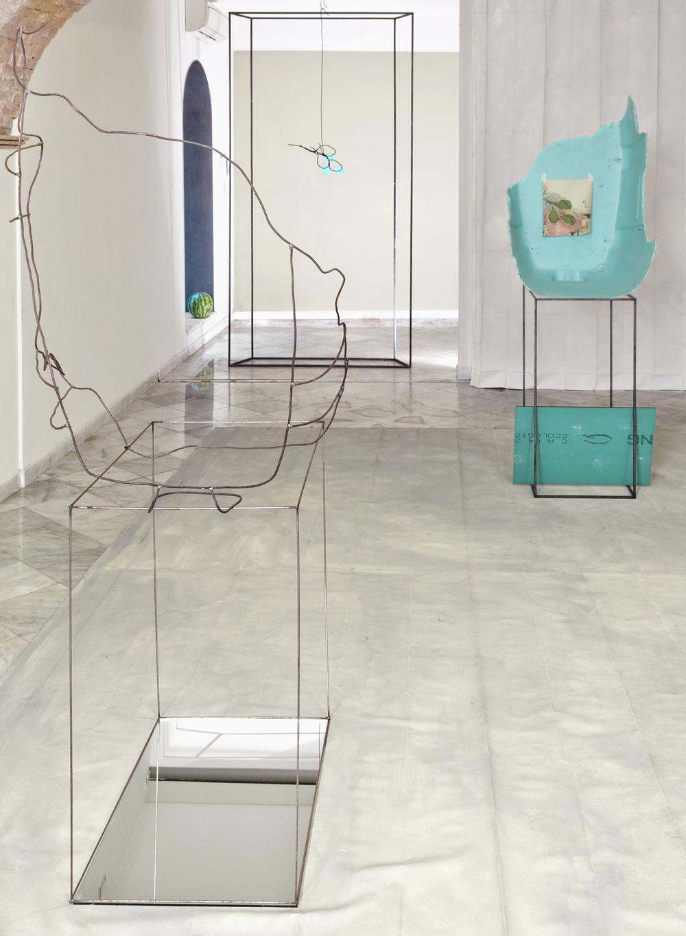 Nulla due volte  2015 Tela dipinta, ferro, specchi, dipinto di Elena Carozzi, tappetino, sabbia, anguria. Dimensioni ambientali.Foto Nabe
