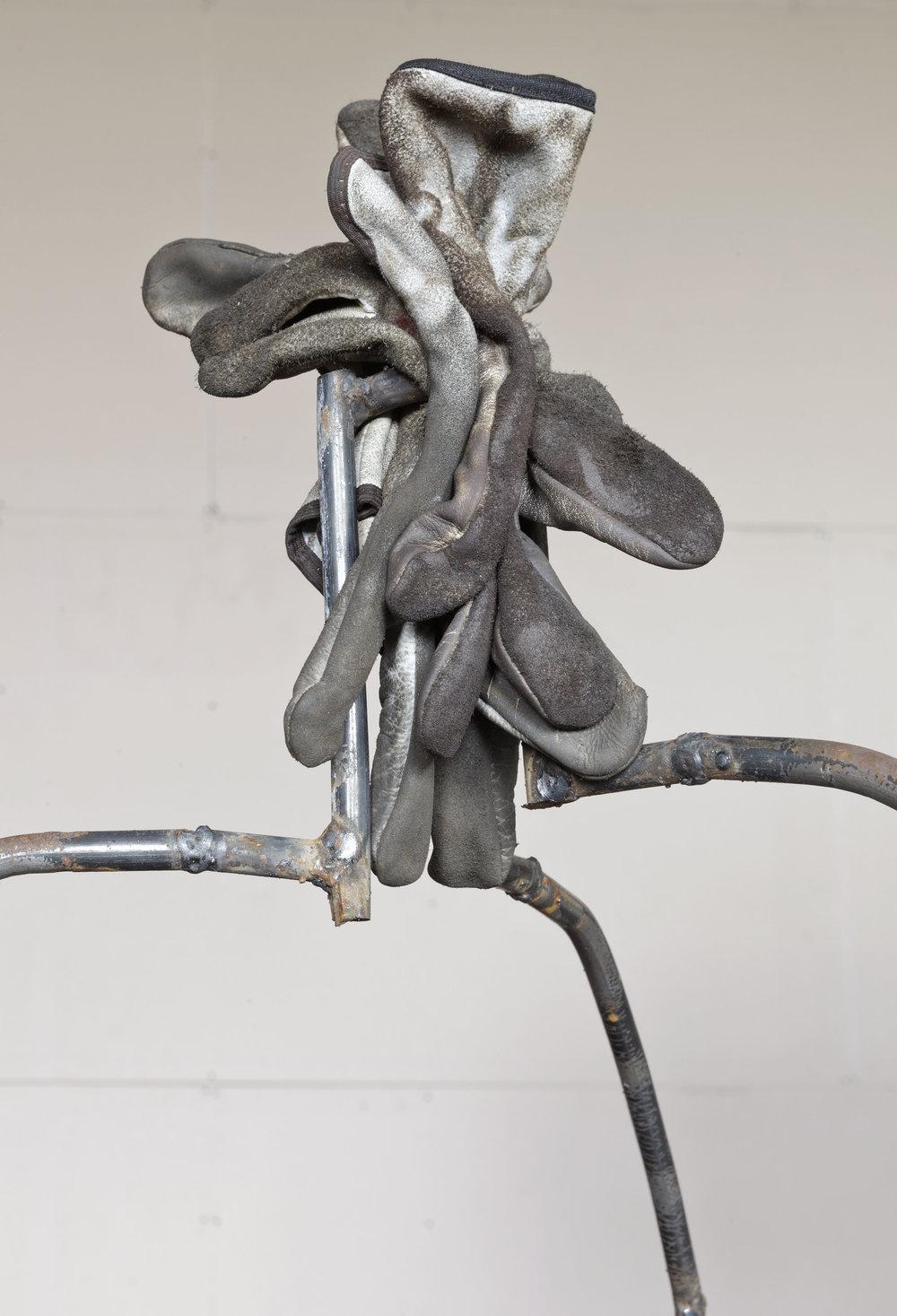 Altrove / Figura opulenta (particolare) 2017 -Tondino di ferro, guanti e sgabello - cm 115x85x100