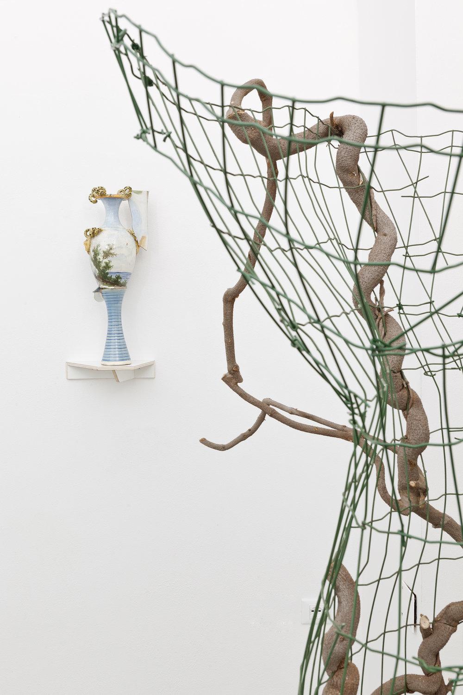 Lei/Wisteria  (dettaglio) 2018, rete da recinzione, glicine e pietre, cm 180x97x77; in secondo piano: B. Meoni,  Florencia , 2018, porcellana, cm 50x20x18