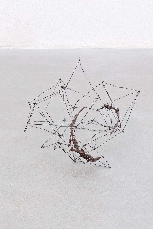 Sebastiano e i fiori , 2018, filo di ferro e bronzo, cm 25x40x37