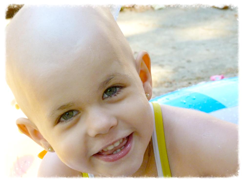 Anita con 3 años - Después de enfrentarse a 10 operaciones, 27 ciclos de quimioterapia (21 quimios diferentes), 32 sesiones de radioterapia, ser hospitalizada más de 39 veces, y sufrir un autotrasplante de médula ósea, Anita seguía siendo como siempre, una niña feliz, divertida y cariñosa, que afrontaba con una valentía y amor sin límites, todo lo que implicaba su día a día.  ¡¡Es y siempre será nuestra SUPERHÉROE!!! -   Anita nos dejó el 19 de diciembre del 2014 , su cuerpo no pudo aguantar más, y por suerte pudo marcharse tranquila, en su casa, rodeada de amor y de sus seres queridos (gracias al Equipo pediátrico de PALIATIVOS del Hospital San Juan de Dios de Barcelona).
