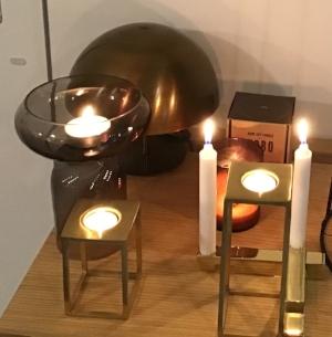 Theelichthouder 'Flip' € 35,- Kaarshouder € 50 / 2 st. Set theelichth. Brass € 147,- Lamp 'Dome' Brass € 388,-