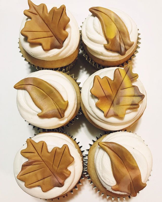Our new Fall fav! Dirty Chai ☕️ cupcakes with twice spiced buttercream & sh'mallow fondant leaves 🍂🍁 Holy yum! #foodie #cremedelacrumbcupcakery
