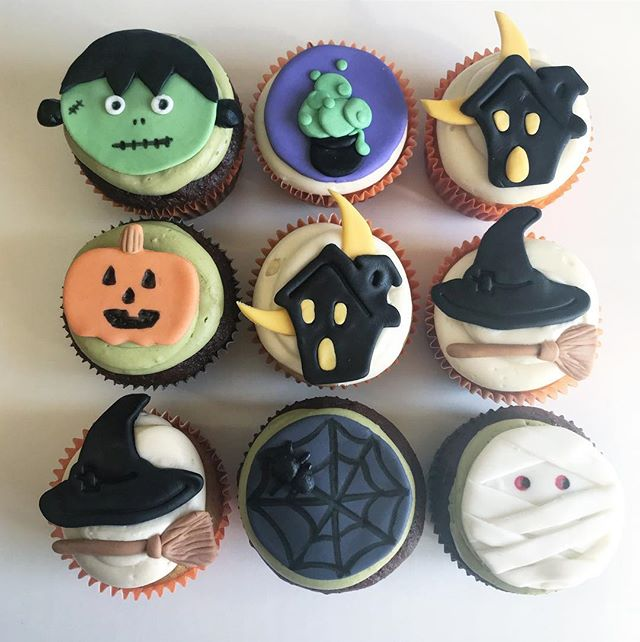 Boo! Happy Halloween to you 👻 Spooky Bday crew on gluten-free pumpkin spice with cream cheese buttercream and chocolate chocolate chip with our fluffy matcha 🍵 buttercream 🤤 #holyyum #cremedelacrumbcupcakery #halloween #cupcakes